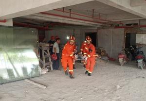 平乐一工人不慎跌入3米深电梯井 消防员接力营救
