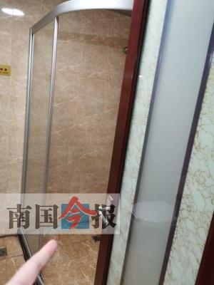 洗澡時賓館浴室玻璃門碎裂 男子身體多處被劃傷