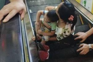 防城港3歲男童左腳被卡扶梯縫隙 消防員幫其脫困