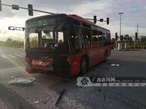 钦州:一辆公交车和小货车相撞致三人受伤(图)