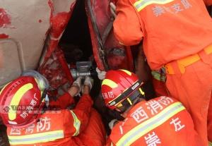 货车侧翻致两人被困 电线杆被撞断横压驾驶室