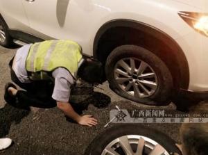 小轎車車胎被撞爆 烈日下輔警幫助換胎令人感動