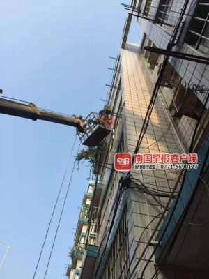 女童爬防盗窗头部被卡窗外 市民开吊车营救(视频)