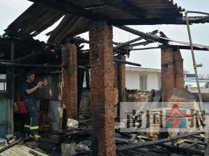 柳州一棟民房樓頂突然起火 事發前房東燒水泡澡