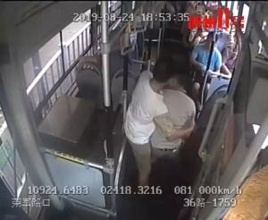 醉酒男大鬧公交車 搭車不投幣還打司機和勸架乘客