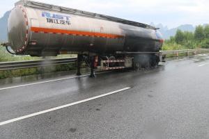 驚險!河池一槽罐車起火 車上載有32噸乙酸乙烯酯