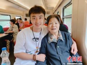 西安小伙带90岁外婆去旅行:别让爱总是等待