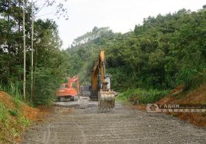 田阳玉凤镇组织开展农村受毁道路维修作业