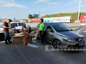 小轿车涉嫌运输走私香烟 被高速交警当场查获(图)
