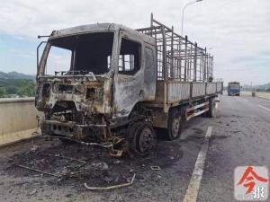 柳州一大货车在高架桥上自燃 烧得只剩个