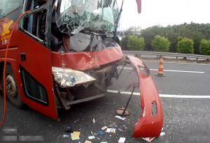 大客车与大货车发生碰撞 客车挡风玻璃完全碎裂