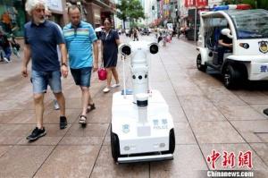 """5G机器人警察""""瓦力""""亮相上海"""