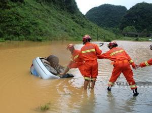 一轿车侧翻滑入路边积水 车内未发现有人员被困广州搬迁 公司