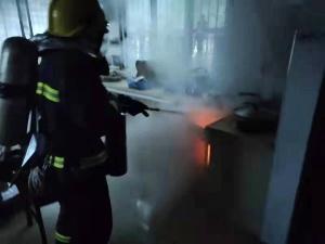 视频丨惊!乐业一户主做饭时煤气管突然断裂并起火