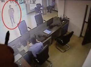 一男子到看守所探亲 民警一查:他也是个网逃人员
