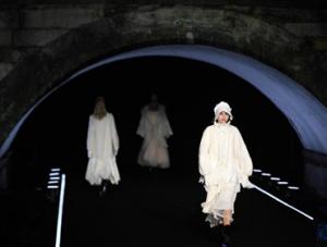 杭州:断桥时装秀 装饰夜西湖