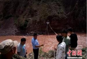 两人被困澜沧江上空索道 警民协作上演生死救援