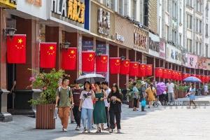 南宁市悬挂2.6万面国旗 处处洋溢喜迎国庆的氛围