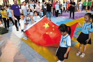 南宁百余名小朋友在开学典礼上了一堂爱国教育课