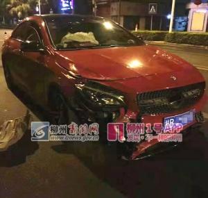 柳州一奔驰轿车撞倒外卖骑手后逃逸 2车严重损坏