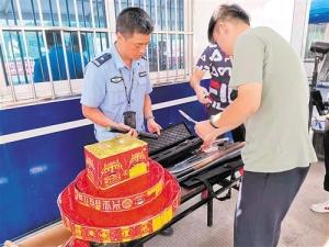 民警在南宁安吉东收费站查获一批违禁品