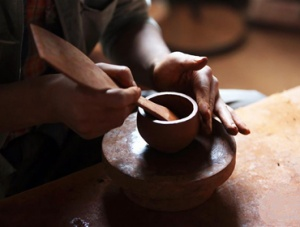 云南迪庆:传统黑陶助力村民增收