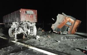 """钦州两辆大货车发生追尾 一车被撞""""断头""""(图)"""