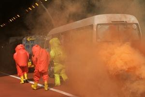 �R州�_展高速公路隧道危化品交通事故救援演�