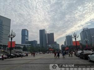喜迎国庆 龙城处处国旗飘