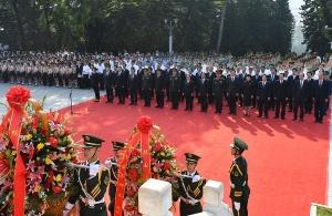 首府各界向烈士敬獻花籃 鹿心社陳武張踐白呂藍天立等出席儀式