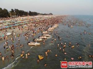 """國慶長假首日,北海銀灘游客多如""""下餃子"""""""