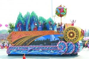 合浦銅鳳燈喜現首都國慶游行彩車