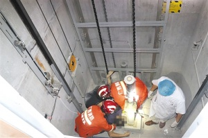 男子一腳踩空墜入電梯井 消防隊員半小時將其救出