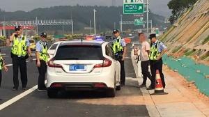 小车挂假牌上高速 遇交警检查司机冲卡逃跑被拦停