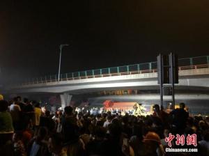 無錫跨橋側翻已致3死2傷 初步認定系車輛超載所致
