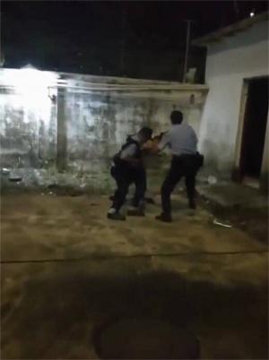 男子酒后持刀伤人 民警飞身夺刀制服