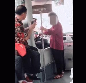 不满被乘客指责 桂林一老奶奶竟拉住公交车方向盘