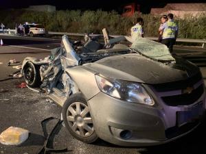 10月17日焦点图:半挂车追尾小轿车致5人不幸遇难