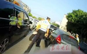 车辆逾期未检,冲卡逃窜!玉林一女司机被行拘