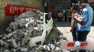 突然一声巨响 南宁一宿舍楼居民小车被砸坏