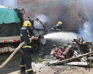 广西百色:小货车着火危及民房 田阳消防紧急救援