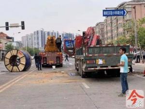 柳州一吊車側翻 兩噸重線纜砸下液壓油撒一地(圖)