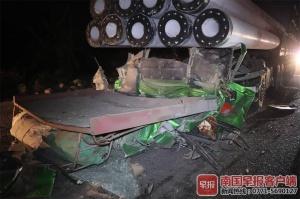 玉林一拖頭車急剎水泥桿將駕駛室碾平 司機遇難