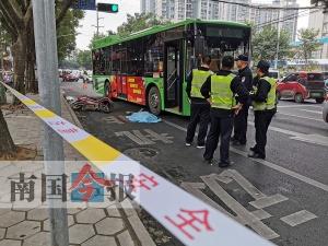 公交车与电动车发生碰撞 电动车手遭碾压不幸身亡