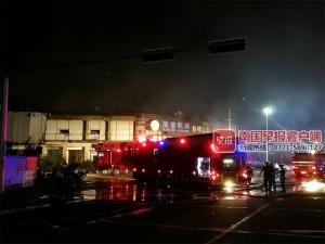 防城港一栋烂尾楼大面积起火 不少民工居住在内