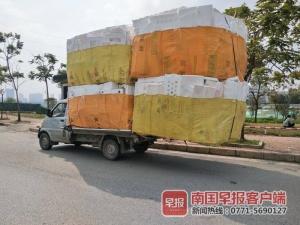 货物高达3米、超车身两倍!南宁一小货车超载被查