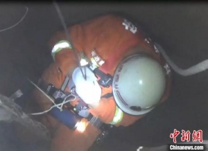 男子跳入30米深井轻生 消防员下井救援挽回性命
