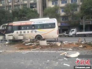 醉酒乘客拉扯司机致车祸 连撞9个绿化桩1人受轻伤