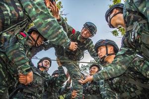 广西玉林:武警特战队员?#24052;?#39547;训趣事多(组图)
