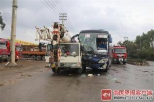 一客车在贵港与吊臂车相撞 16人被困车内(组图)